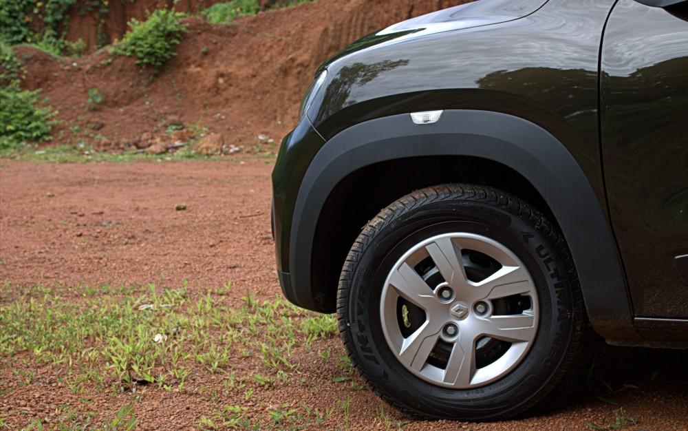 Kwid - Side indicator on Front Wheel Cladding.CR2