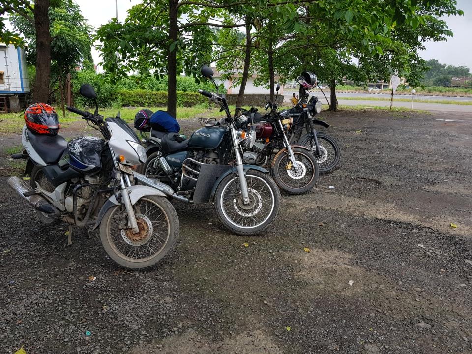 Royal Enfield ThunderBird 350, Himalayan, Honda Unicorn & Yamaha RX135 at Ahura Hotel Parking Lot. Image: @crabby226
